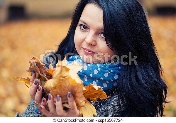 mulher, bonito, jovem, parque, outono - csp16567724