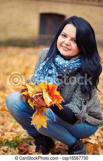 mulher, bonito, jovem, parque, outono - csp16567730
