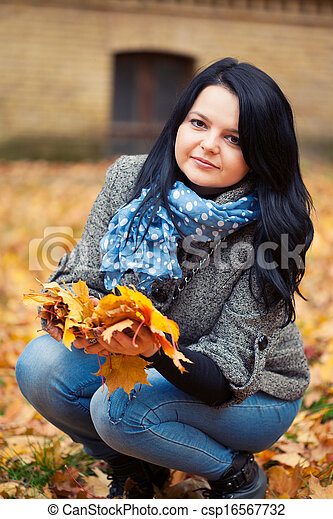mulher, bonito, jovem, parque, outono - csp16567732