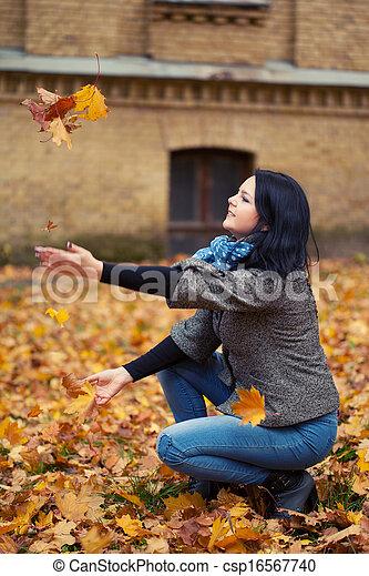 mulher, bonito, jovem, parque, outono - csp16567740