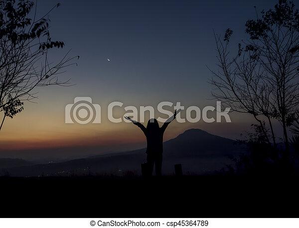 mulher, braços abertos, amanhecer, sob - csp45364789