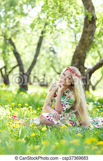 mulher, capim, sentando - csp37369683