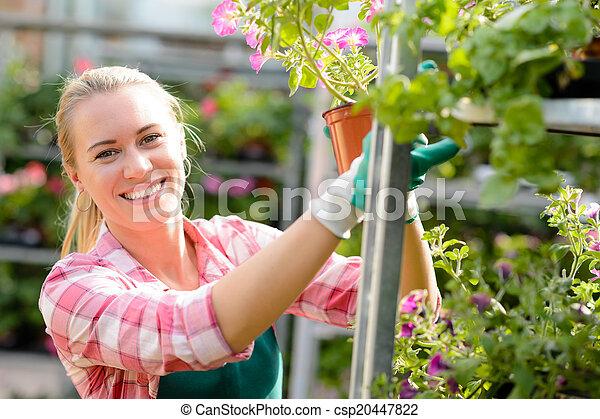 mulher, centro, trabalhando, ensolarado, sorrindo, jardim - csp20447822