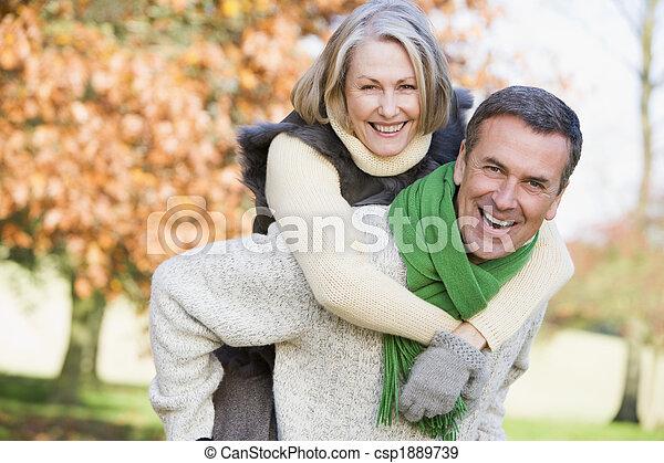 mulher, dar, passeio, piggyback, homem sênior - csp1889739
