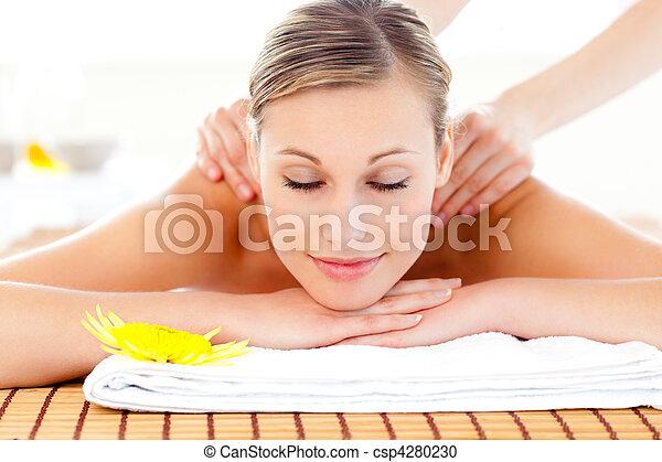 mulher, encantado, massagem, retrato, tabela, mentindo - csp4280230