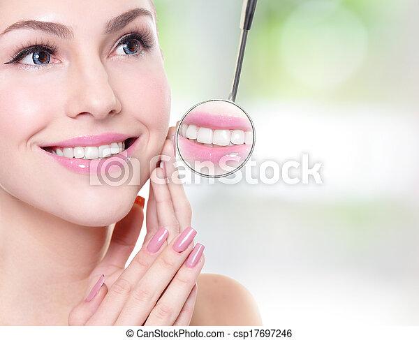 mulher, espelho, odontólogo, boca, dentes, saúde - csp17697246