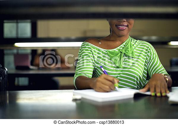 mulher, estudar, jovem, biblioteca, faculdade, aluno feminino, pretas - csp13880013