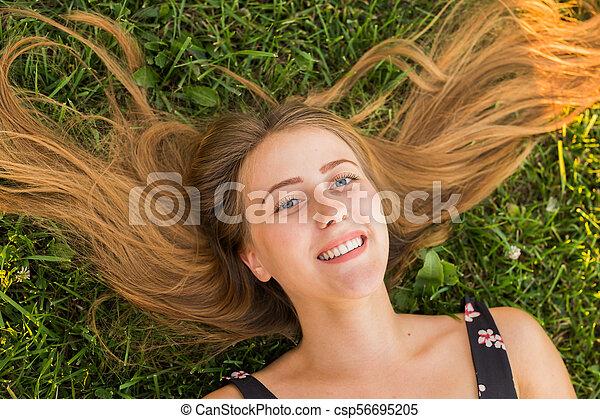 mulher feliz, topo, sorrir., grama verde, relaxado, mentindo, vista - csp56695205