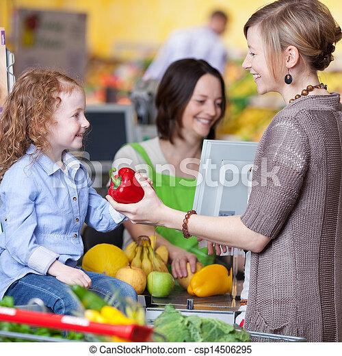 mulher, filha, dar, capsicum, caixa, jovem, fundo, sorrindo, mercado super, feliz - csp14506295