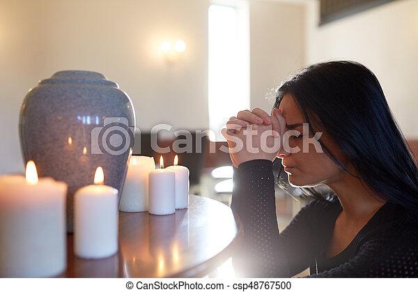 Mulher Funerary Urna Triste Igreja Orando