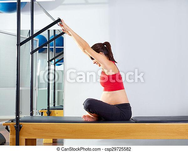 mulher grávida reformer expedir pilates empurrão