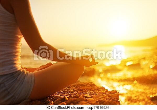 mulher, ioga posa, meditar, mão, praia - csp17916926