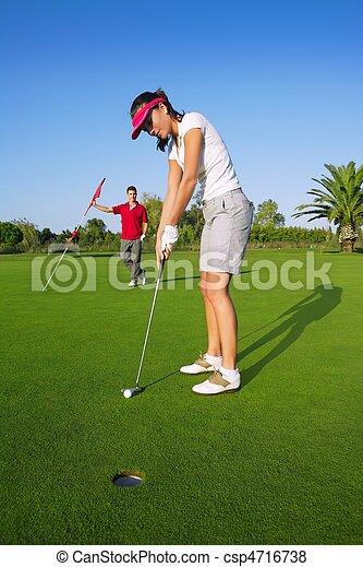 mulher, jogador golfe, bola, verde pondo, buraco - csp4716738