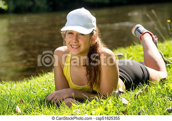mulher, jovem, condicão física, retrato, capim, mentindo - csp51625355