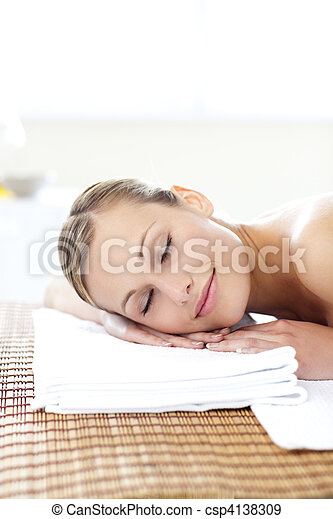 mulher, jovem, glowing, tabela massagem, mentindo - csp4138309