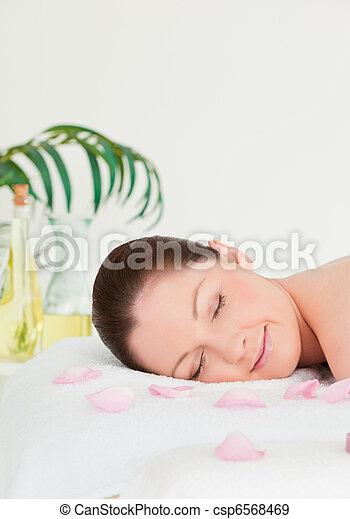 mulher, jovem, pétalas, mentindo, tabela, retrato, massagem - csp6568469