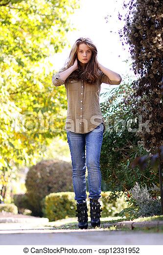 mulher, jovem, parque, outono, bonito - csp12331952