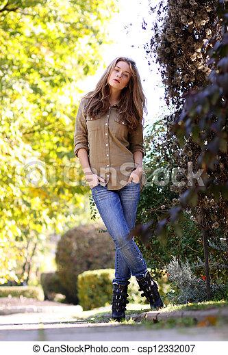 mulher, jovem, parque, outono, bonito - csp12332007