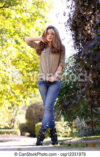 mulher, jovem, parque, outono, bonito - csp12331979