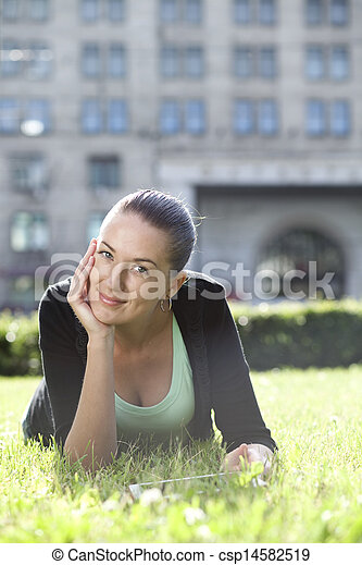 mulher, jovem, retrato, mentindo, gramado verde - csp14582519