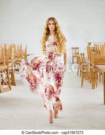mulher, loura, longo, vestido, bonito - csp31907273
