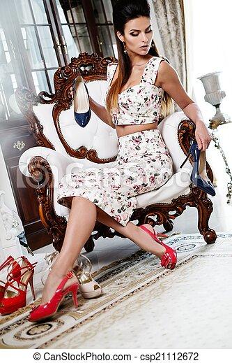 mulher, luxo, escolher, sapatos, interior, lar, bonito - csp21112672