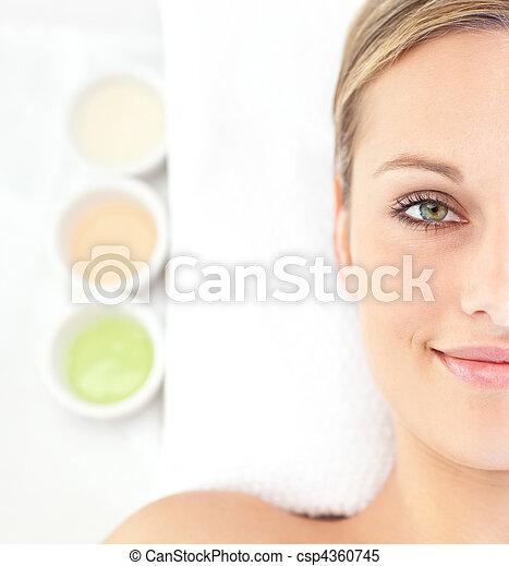 mulher, mentindo, jovem, atraente, tabela, retrato, massagem - csp4360745