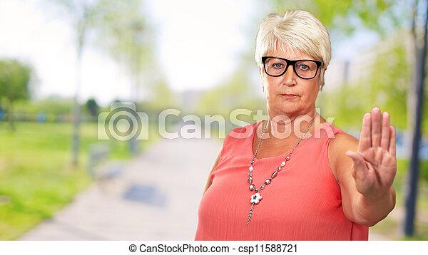 mulher, mostrando, sinal parada, retrato, sênior - csp11588721