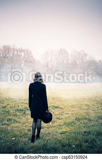 mulher, nevoeiro - csp63150924