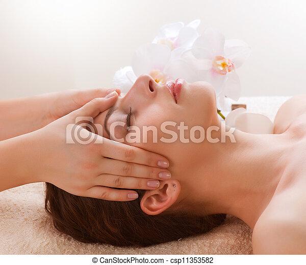 mulher, obtendo, jovem, massage., facial, spa, massagem - csp11353582