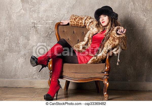 mulher, poltrona - csp33369482
