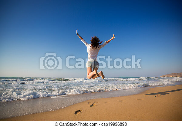 mulher, praia, pular, feliz - csp19936898