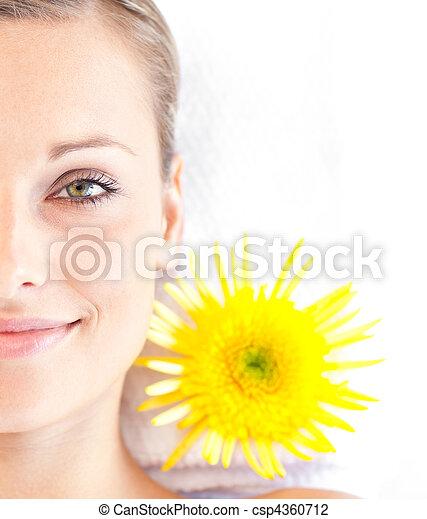 mulher, radiante, jovem, mentindo, retrato, tabela, massagem - csp4360712