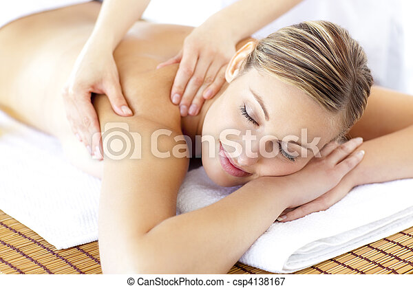 mulher, relaxado, costas, sorrindo, recebendo, massagem - csp4138167