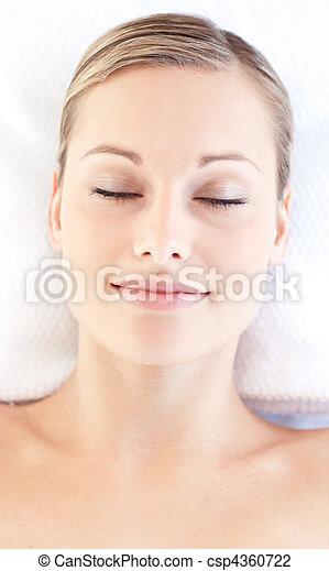 mulher, relaxado, jovem, mentindo, retrato, tabela, massagem - csp4360722
