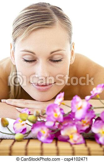 mulher, relaxado, massagem, retrato, tabela, mentindo - csp4102471