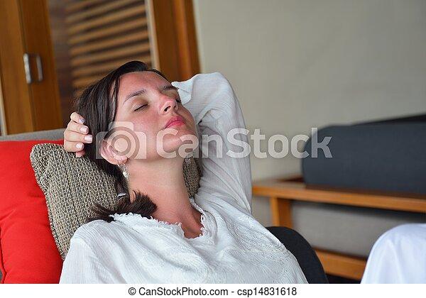 mulher, relaxe, sofá, jovem, lar, feliz - csp14831618