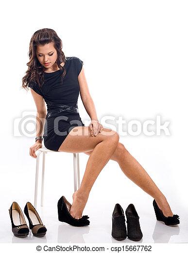 mulher, sapatos, chooses, longo, jovem, cabelo, atraente - csp15667762