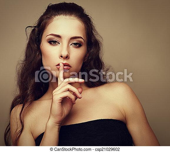 mulher, silencioso, vindima, mostrando, maquilagem, sinal, closeup, dedo, lips., retrato, sexual - csp21029602