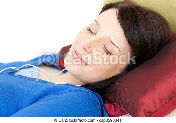 mulher, sofá, relaxado, jovem, escutar música, mentindo - csp3590341