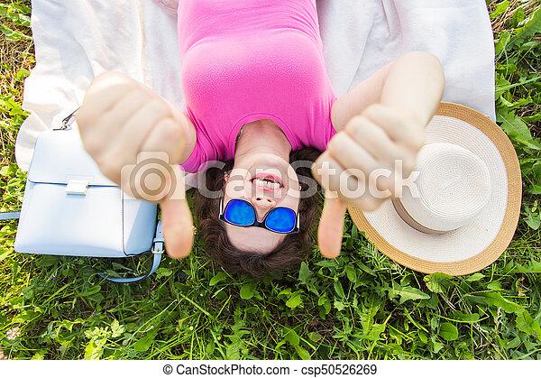mulher, topo, jovem, cima, polegares, retrato, capim, mostrando, mentindo - csp50526269