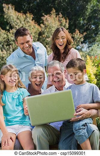 multi, familia , sentado, generación, computador portatil, parque, feliz - csp15099301