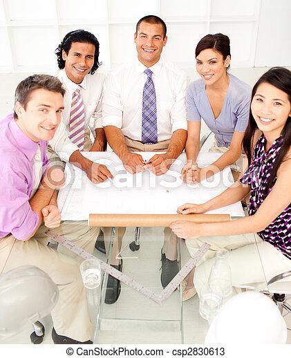 Grupo multiétnico de arquitectos en una reunión - csp2830613