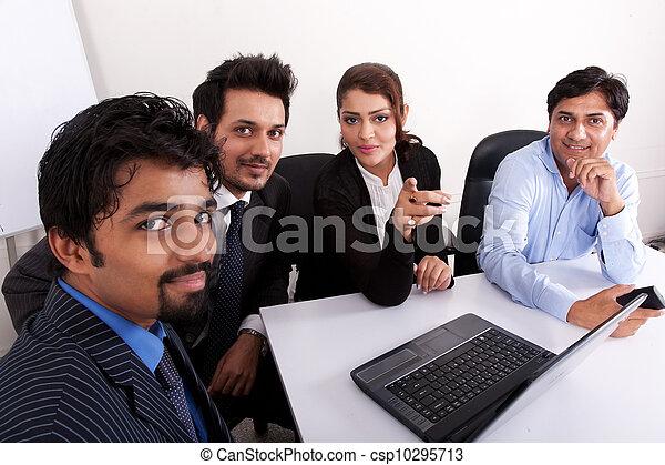 multi, kobieta, grupa, handlowy zaludniają, młody, inidan, spotkanie, businessmen., rasowy, spotkanie - csp10295713