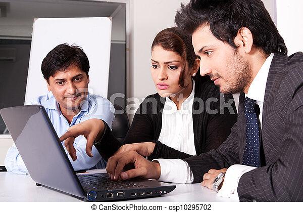 multi, kobieta, grupa, handlowy zaludniają, młody, inidan, spotkanie, businessmen., rasowy, spotkanie - csp10295702