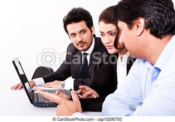 multi, kobieta, grupa, handlowy zaludniają, młody, inidan, spotkanie, businessmen., rasowy, spotkanie - csp10295703