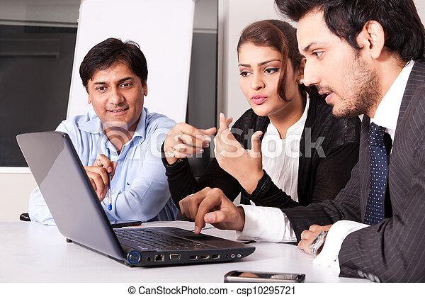 multi, kobieta, grupa, handlowy zaludniają, młody, inidan, spotkanie, businessmen., rasowy, spotkanie - csp10295721