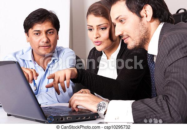 multi, kobieta, grupa, handlowy zaludniają, młody, inidan, spotkanie, businessmen., rasowy, spotkanie - csp10295732