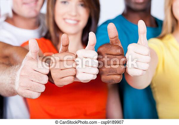 Grupo de amigos multiraciales pulgares arriba - csp9189907