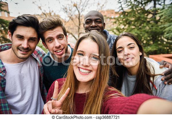 multiracial, amis, prendre, groupe, selfie - csp36887721